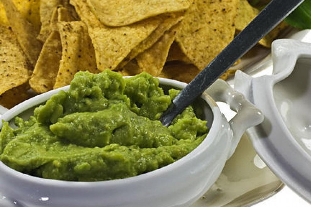 El guacamole se utiliza popularmente para aderezar o acompañar con tortillas.
