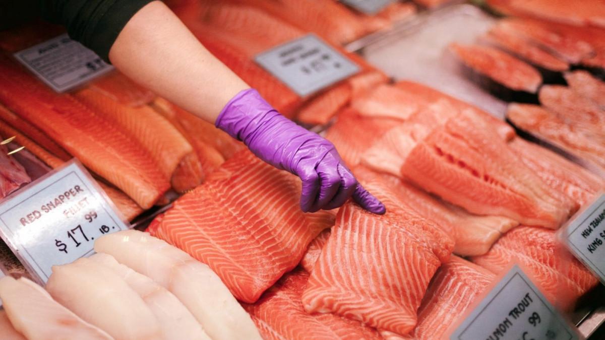 El omega 3 está presente en muchos alimentos, especialmente el pescado graso.