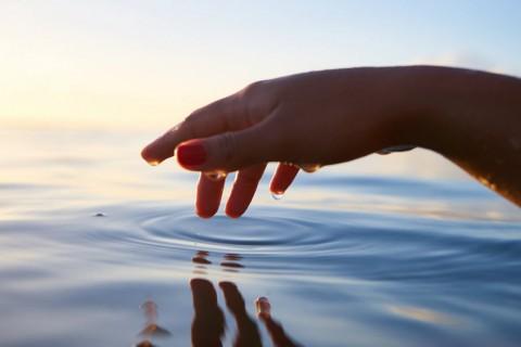El agua de mar tiene muchos beneficios para nuestra salud física y mental.