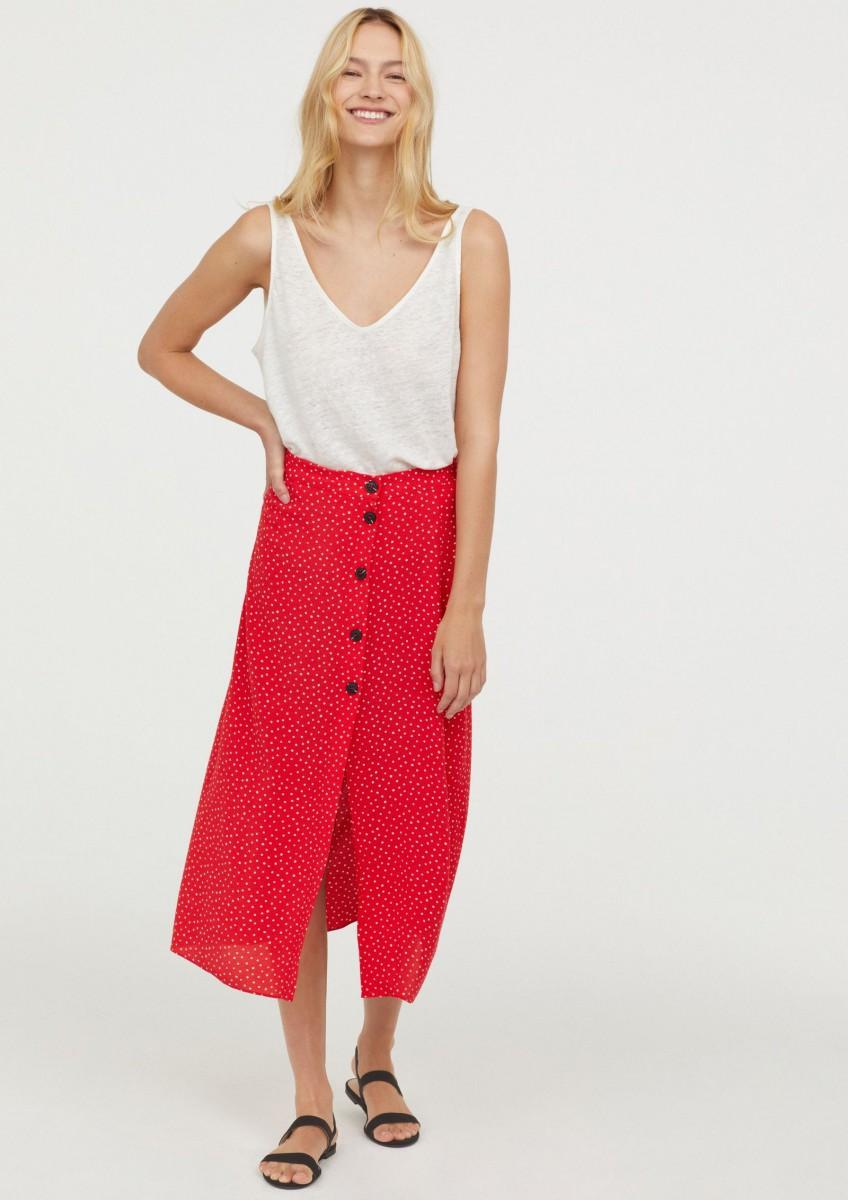 Falda de crepé de lunares en rojo y blanco de H&M, por 29,99 euros.