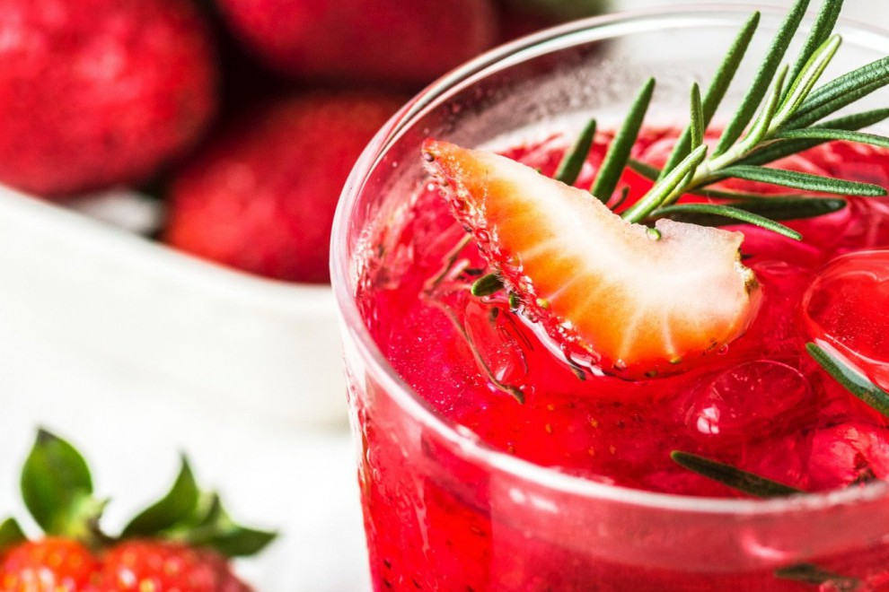El agua detox con frutas es una forma divertida y refrescante de hidratarte este verano.