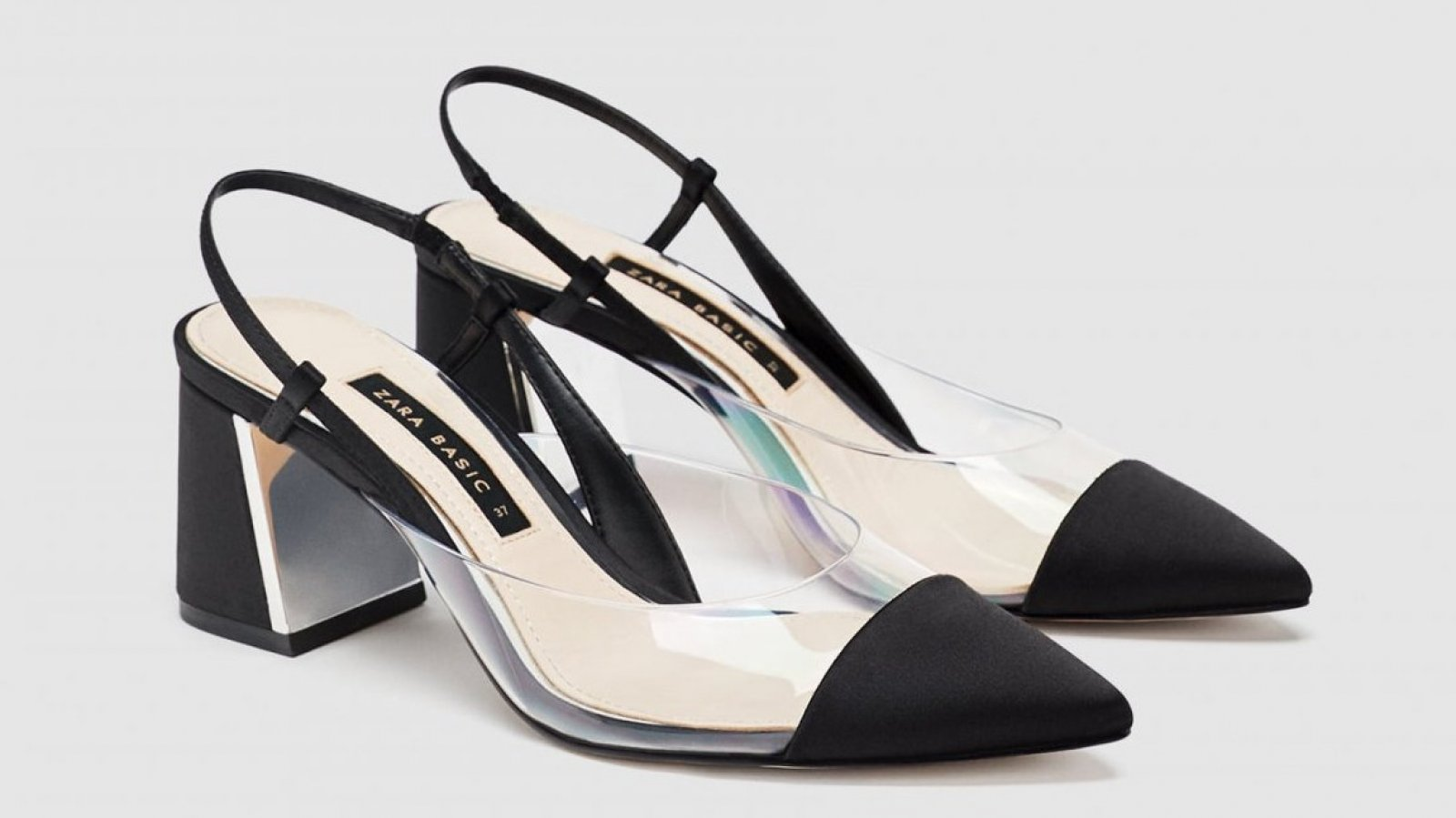Los zapatos de salón destalonados con vinilo de Zara, por 35,95 euros.
