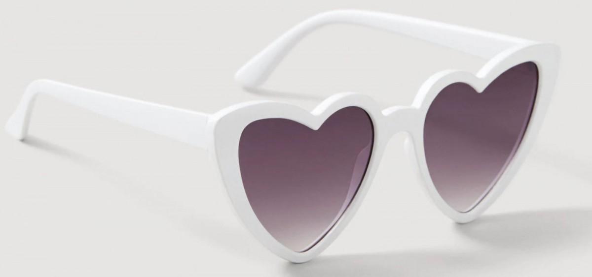 Gafas de sol corazón en color blanco de Mango, por 15,99 euros.