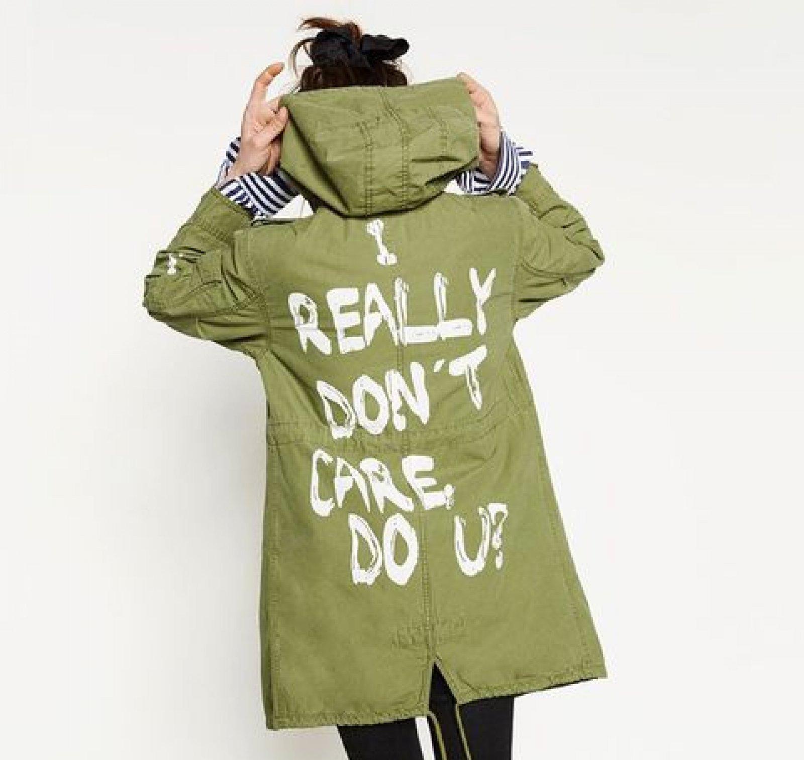 Imagen de la parka de Zara con la frase «I really don't care, do U?».
