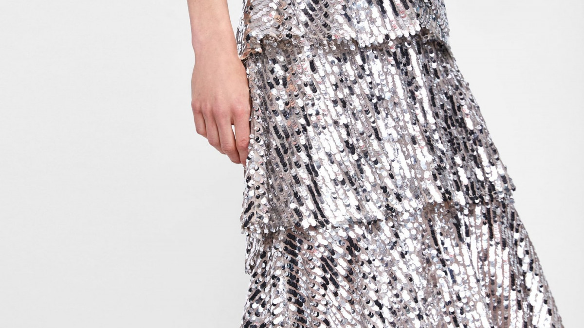 Falda lentejuelas volantes de Zara, por 49,95 euros.