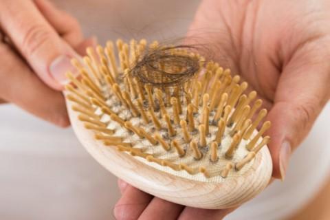 La caída del cabello en exceso es un problema muy común en las mujeres.