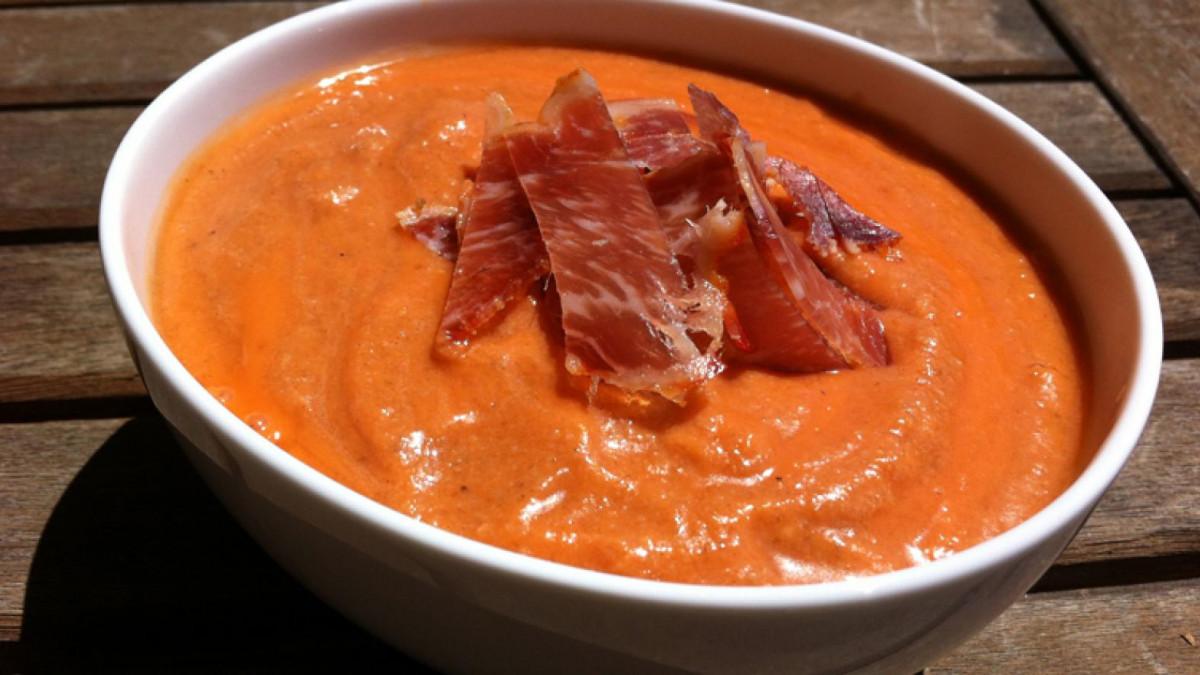 El salmorejo es un plato tradicional andaluz muy popular en verano.