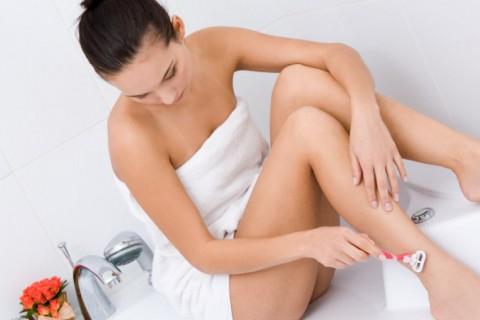 Es fácil que tras la depilación aparezcan irritaciones y granitos en la piel.