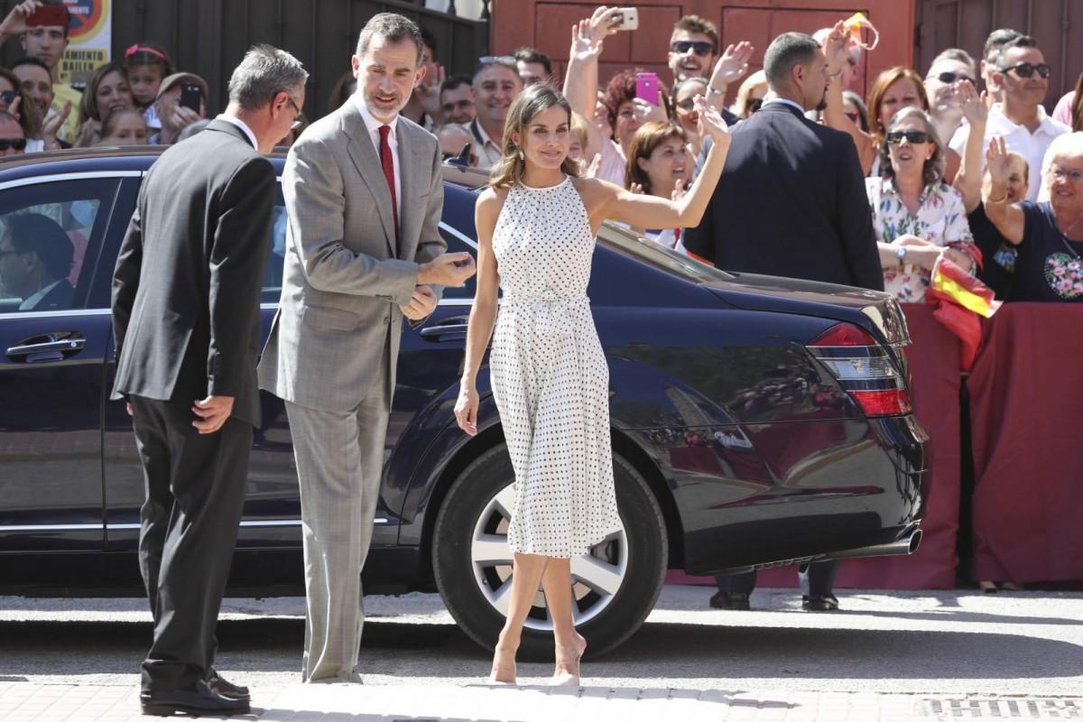 Una multitud han recibido a los Reyes de España a su llegada a Bailén