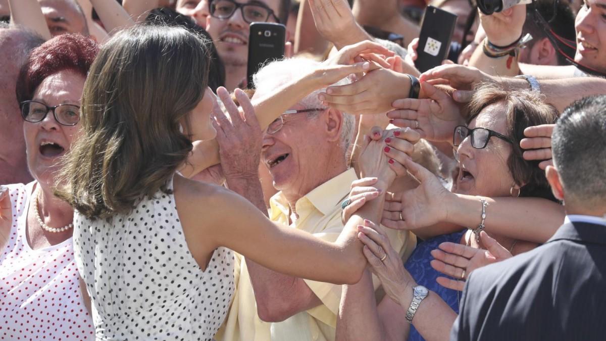 La reina Letizia saludando amigablemente a los ciudadanos que se han congregado para su recibimiento en Bailén