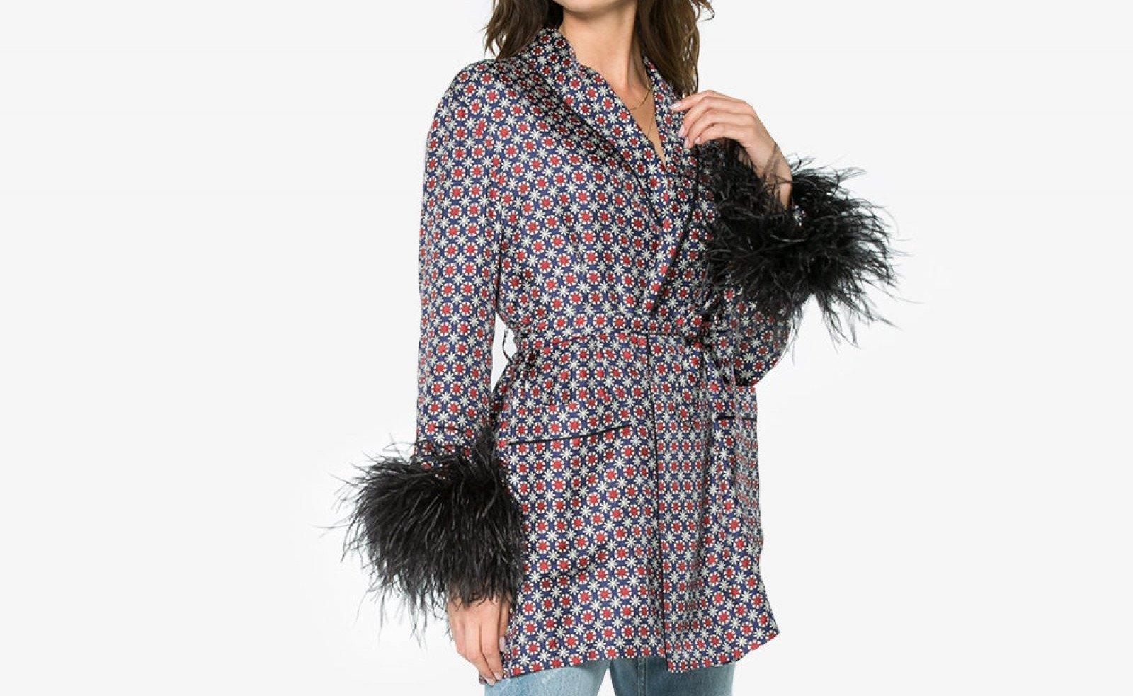 La chaqueta de seda estampada con puños de plumas negras de Prada