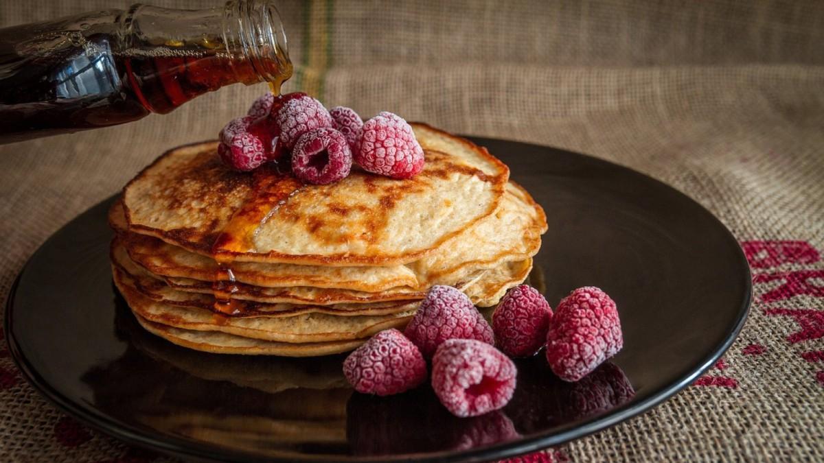 Las tortitas clásicas se suelen servir con sirope de arce o maple syrup.