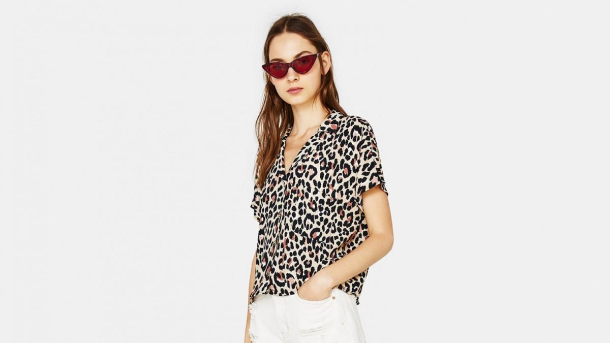 Camisa con bolsillo de estampado de leopardo de Bershka, por 15,99 euros.
