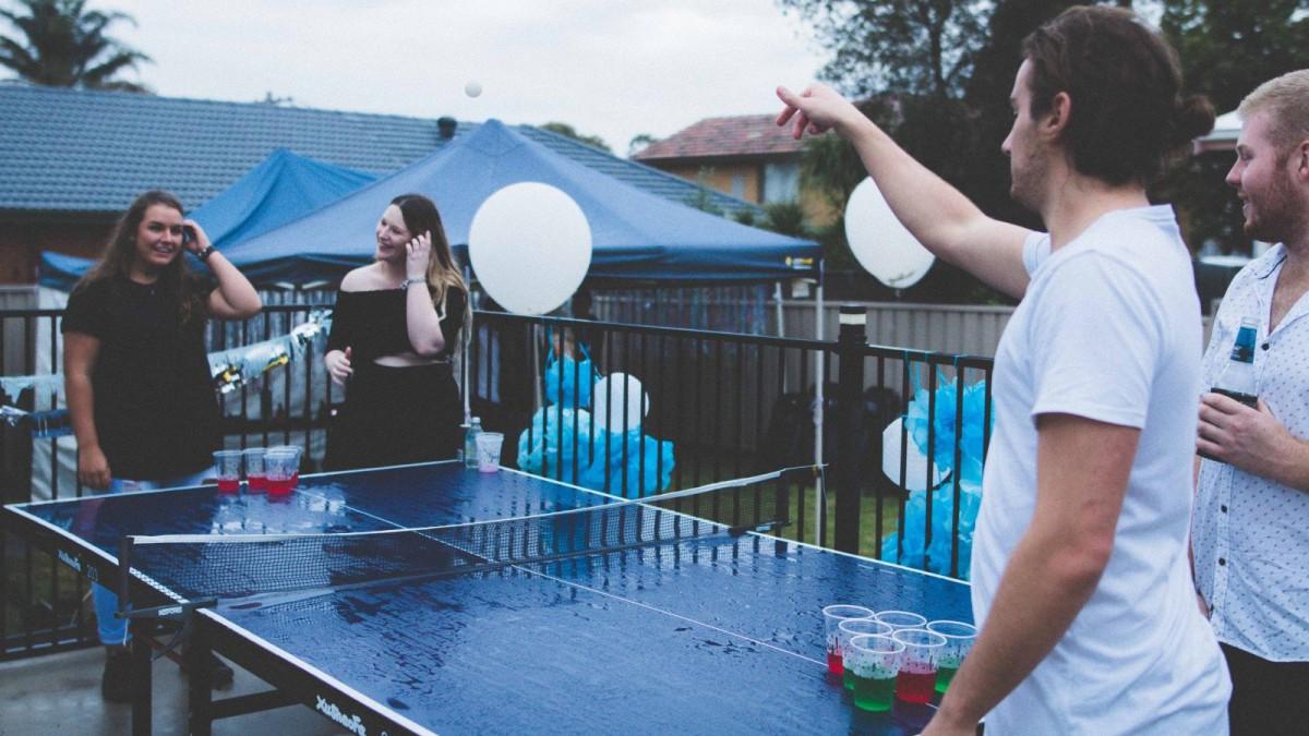 Ejemplo del famoso juego para beber, el beer pong.