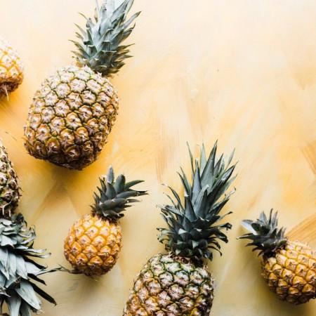 La piña es una fruta deliciosa y con muchos beneficios saludables.