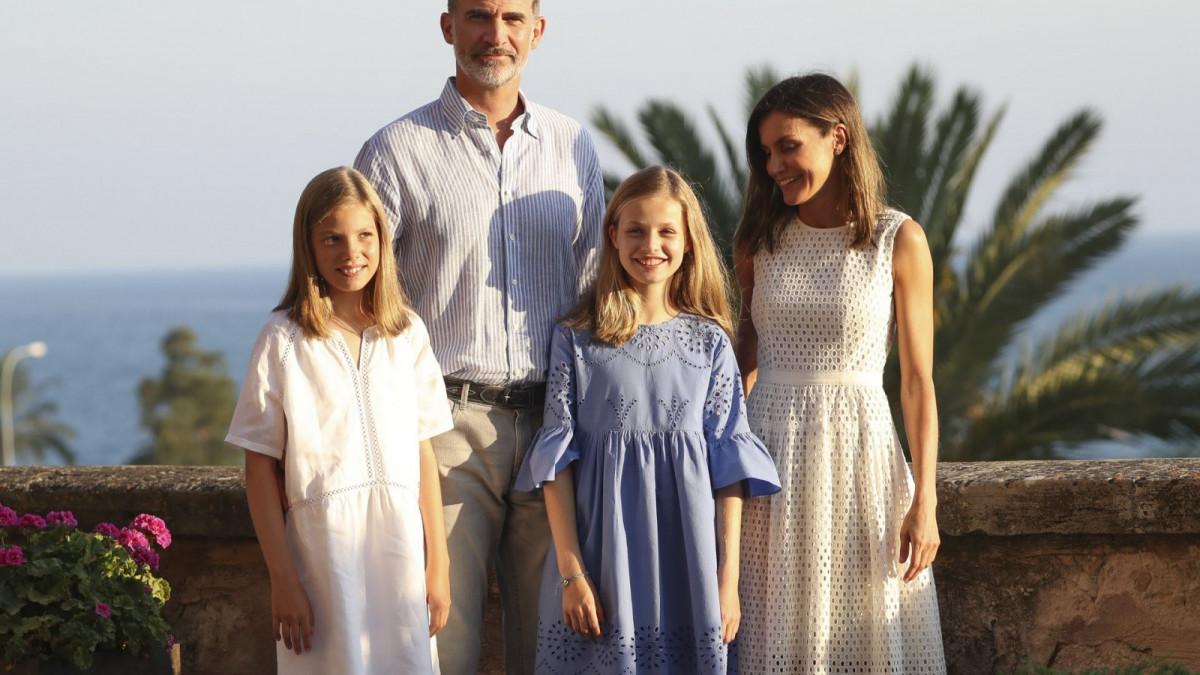 Los reyes Felipe VI y Letizia junto a sus hijas la princesa Leonor y la infanta Sofía en La Almudaina