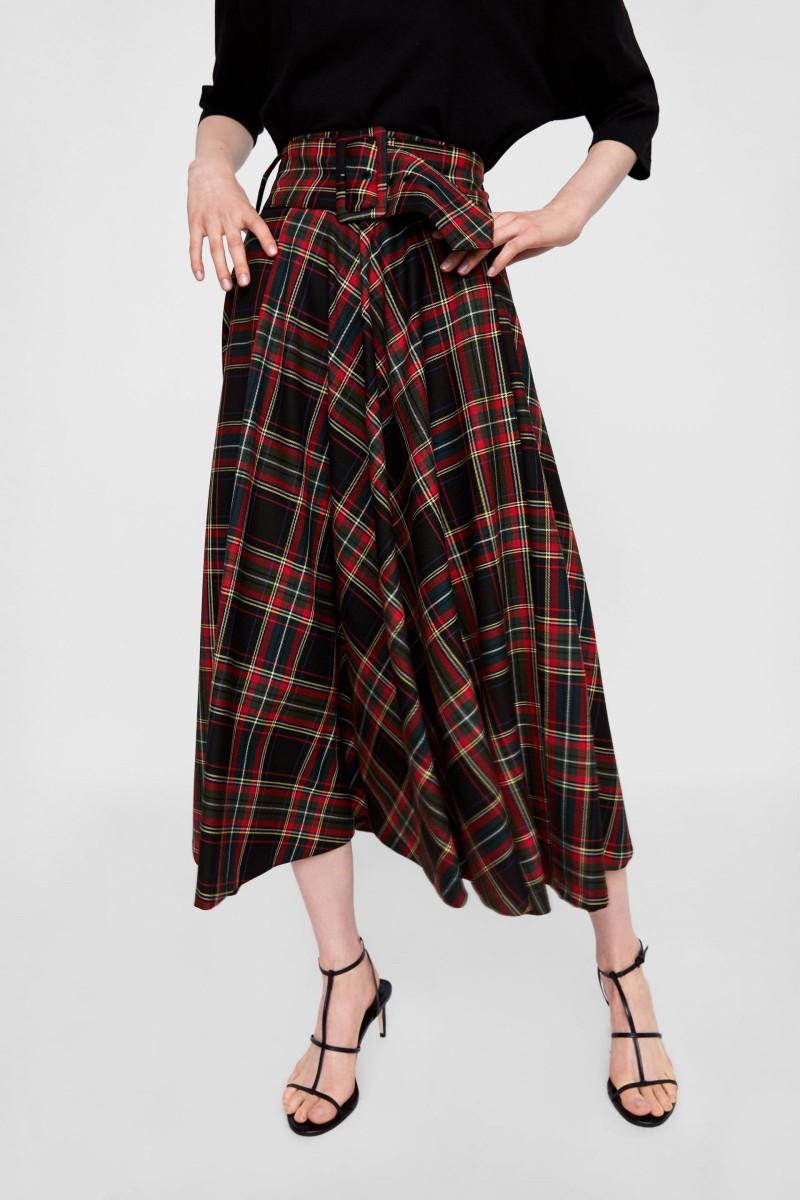 Falda 'Midi' Cuadros de Zara, por 39,95 euros.