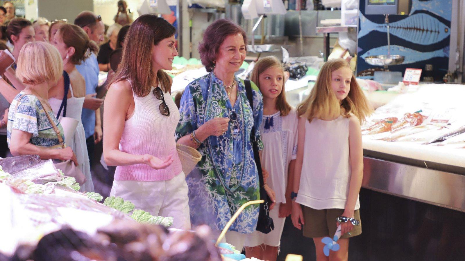 La reina Letizia, junto a Doña Sofía, la princesa Leonor y la infanta Sofía en un mercado de Palma