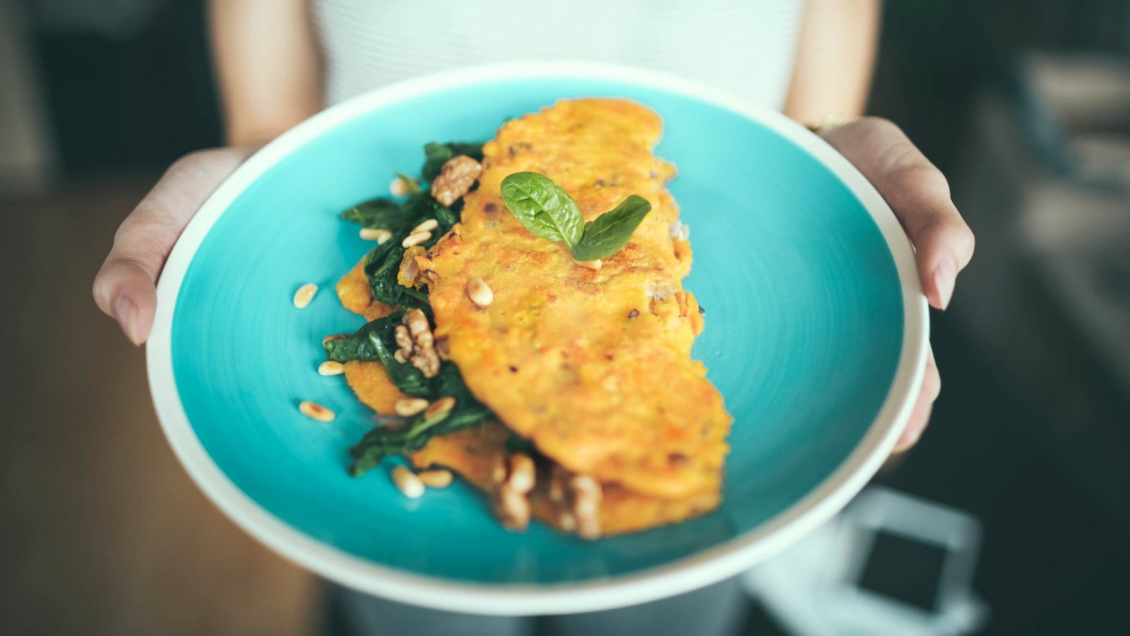 Una tortilla con verduras se prepara rápidamente y es muy completa.
