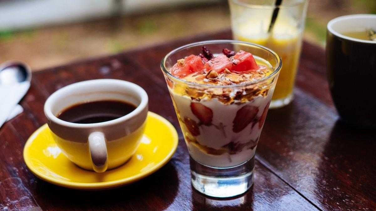 Un yogurt con fruta y semillas de chía es un desayuno rápido, sano y nutritivo.
