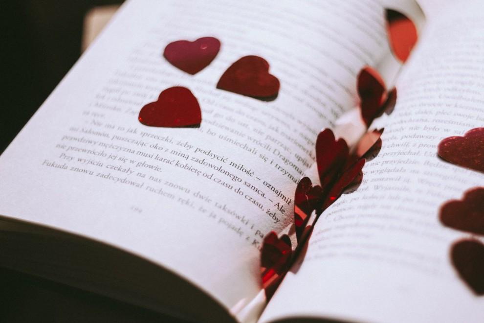 Los versos de amor son muy utilizados para expresar este sentimiento.