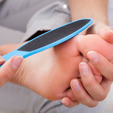 Los callos en los pies o durezas son un problema habitual, pero antiestético.