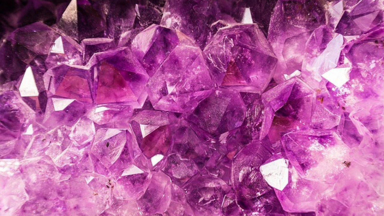 La amatista tiene un color violeta brillante.