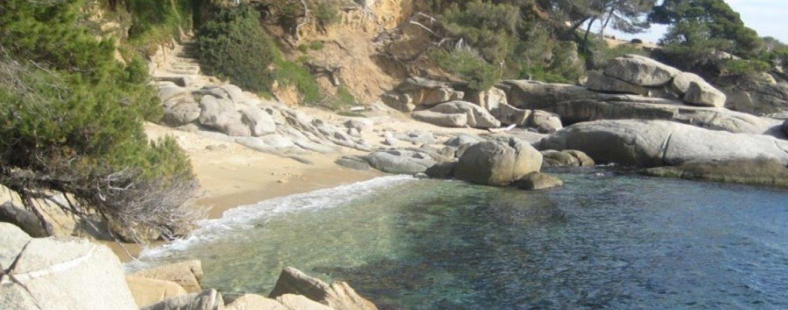 La salvaje Cala de roques planes, en la Costa Brava de Gerona.