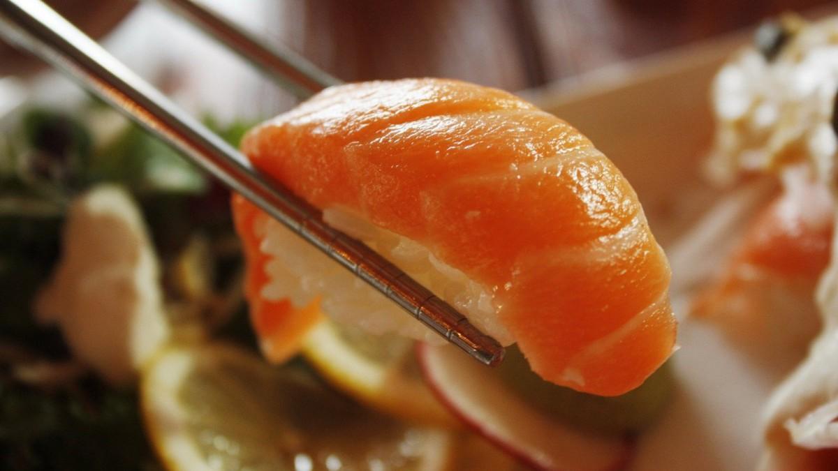 El nigiri se conforma del arroz y una pieza de pescado crudo encima.
