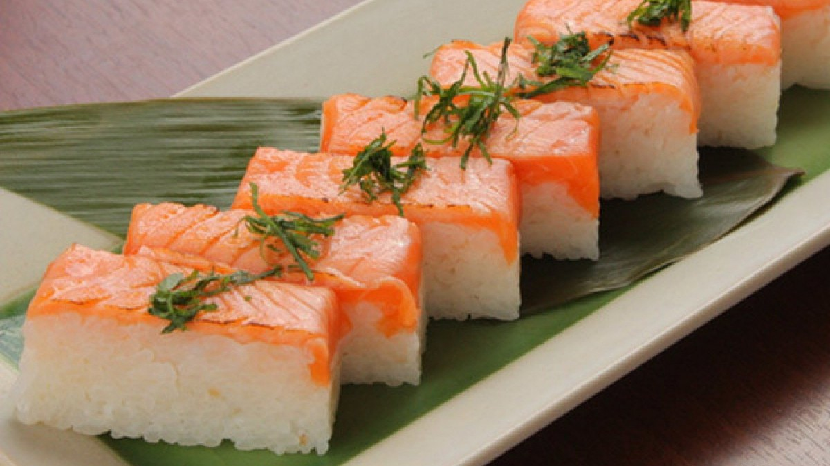 El oshizushi se prepara con moldes rectangulares.