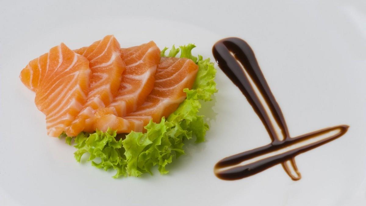El sashimi consiste en piezas de pescado crudo en láminas.