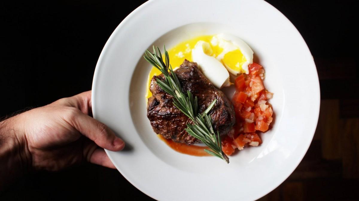 La dieta paleo contempla la ingesta de carne roja en sus bases.