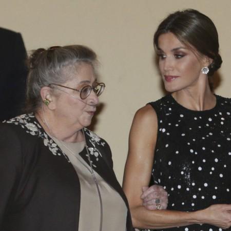 La reina Letizia acompañando y ayudando a la esposa del presidente de Israel