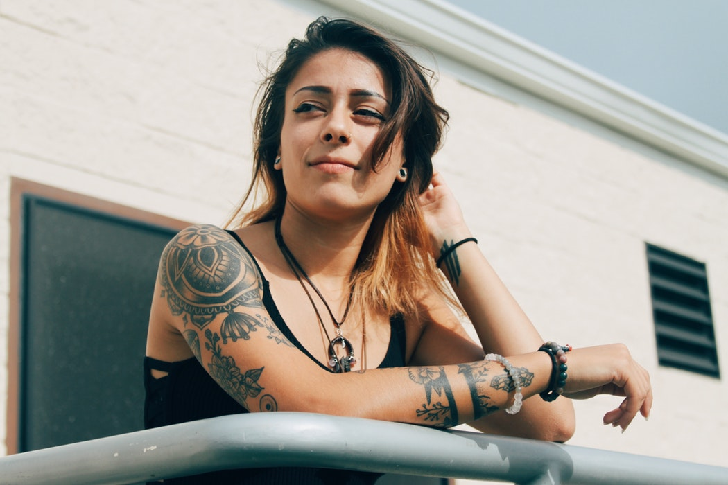 Mujer tatuaje frases
