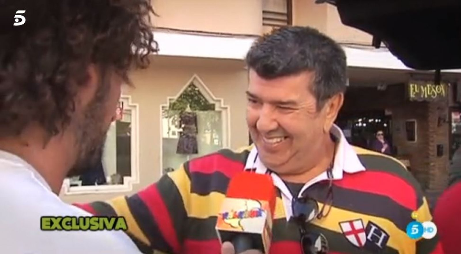 Gil Silgado en Andújar hablando con el reportero de 'Sálvame'