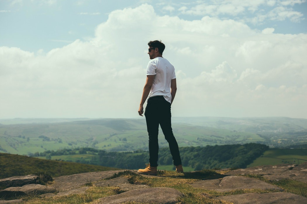 Hombre en paisaje