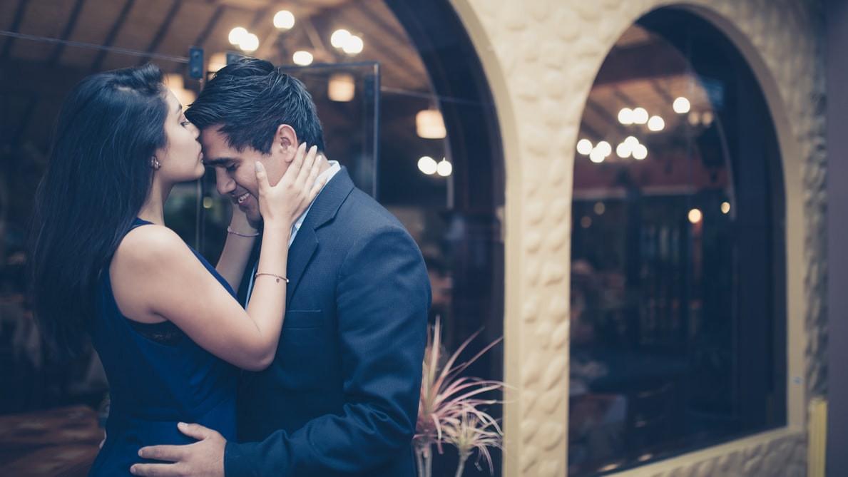 Beso frente enamorados