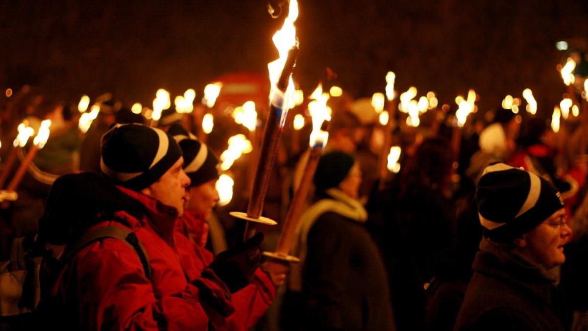 En el Hogmanay, el fin de año escocés, son típicos los desfiles de antorchas.
