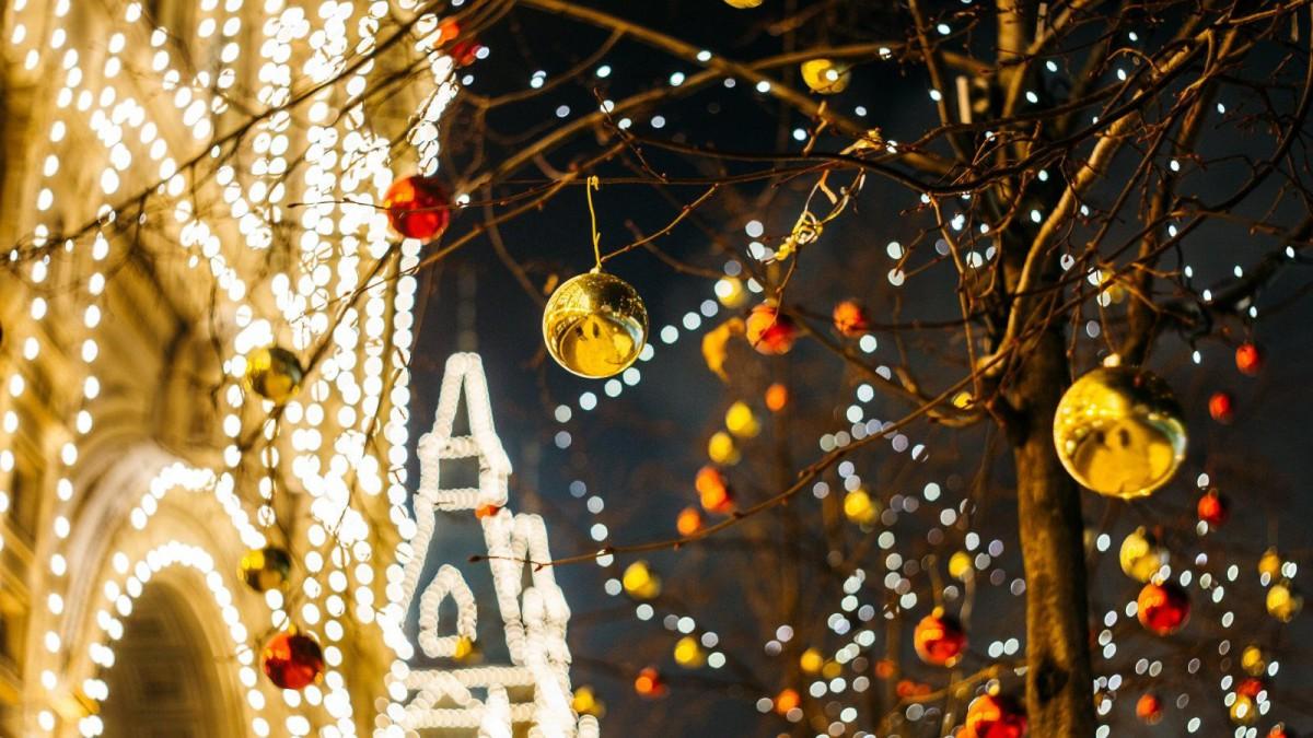 Hay ciudades que se engalanan con multitud de luces y decoraciones navideñas.