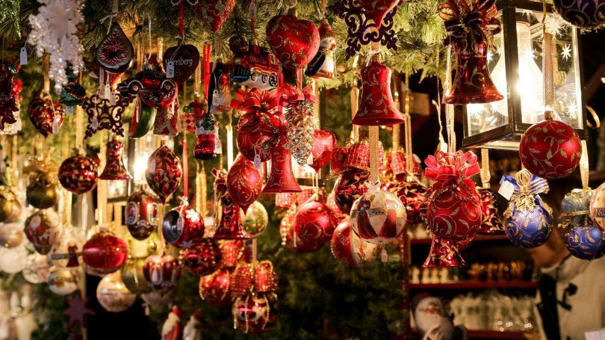 Las decoraciones hechas a mano colman los mercados navideños.