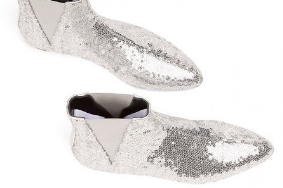 Los botines de lentejuelas plateadas de Loewe, cuyo precio es de 490 euros