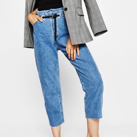 Jeans Straight Fit Eyelets cinturón de Bershka, por 35,99 euros