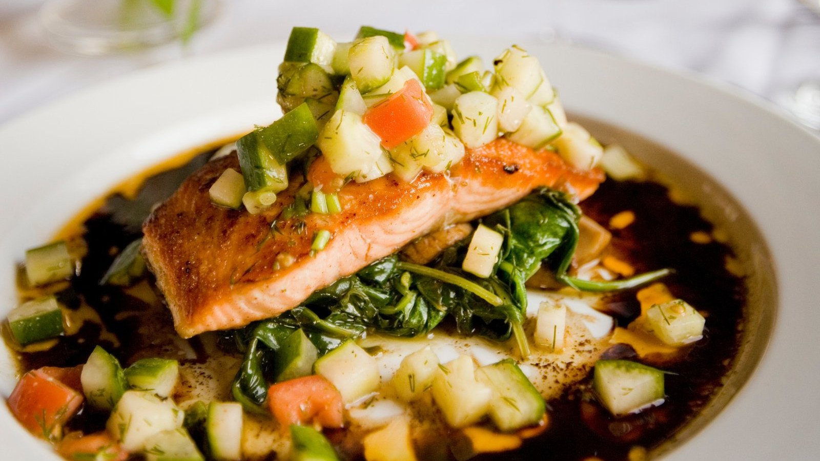 No dejes de lado las carnes y los pescados, grandes fuentes de proteínas.