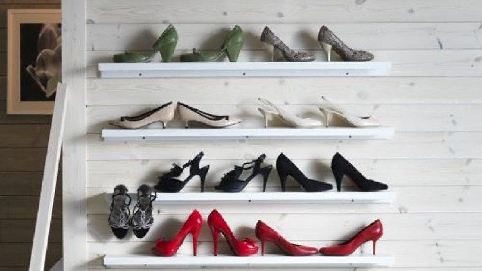 El estante para cuadros Mosslanda puede utilizarse como zapatero