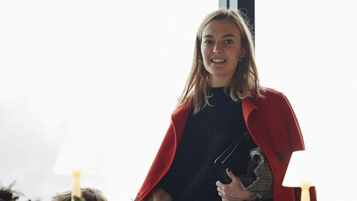 Marta Ortega luciendo un abrigo rojo encima de los hombros