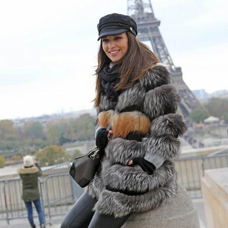 Paula Echevarría en su viaje a París con un abrigo de Silvina Marotti.