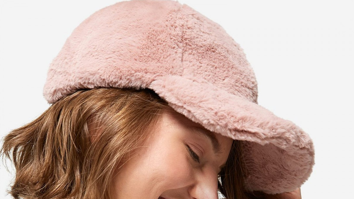 Gorra de pelo de color rosa claro de Stradivarius, por 12,95 euros