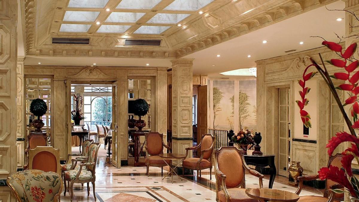 Uno de los salones de este opulento alojamiento madrileño.