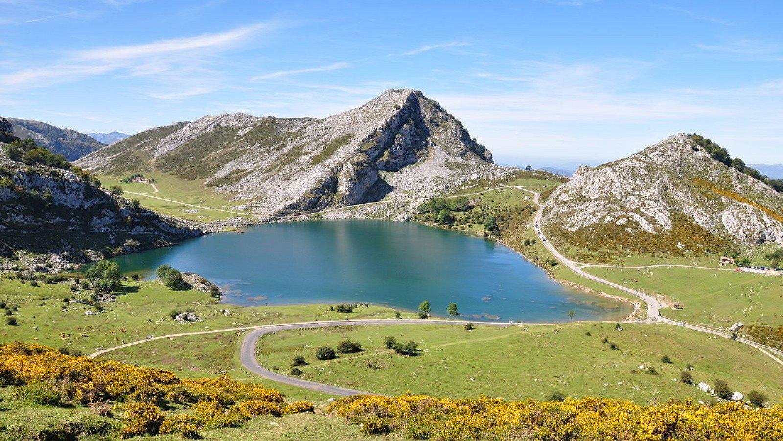 Vista del Lago Enol, uno de los lagos de Covadonga.