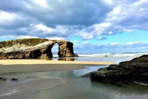 Curiosas formaciones rocosas a pie de playa en Lugo.